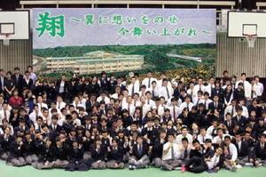 文化祭で披露した巨大モザイクアートと生徒たち=太良町の太良高