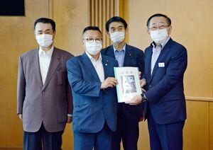 JR九州の青柳俊彦社長(右)に要望書を手渡した平原嘉徳会長(右から3人目)=福岡市のJR九州本社