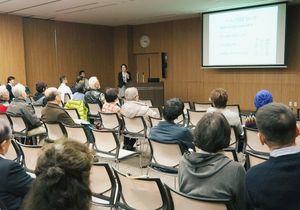 最新のがん治療や「がん看護外来」などを紹介した公開講座=佐賀市の県医療センター好生館