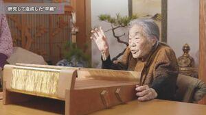 鹿島錦の織り方を説明する樋口ヨシノさん(制作中の記録映像から)