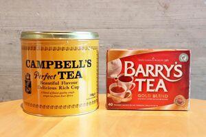 アイルランドのガイドブックで紹介された紅茶2商品。左の「キャンベルズ・パーフェクト」(缶入り500グラム、30280円)は上質で力強いコクがあり、ミルクティー向きです。「バリーズ・ゴールドブレンド」(ティーバッグ40袋入り、1130円)はアイスでもおいしくいただけます。