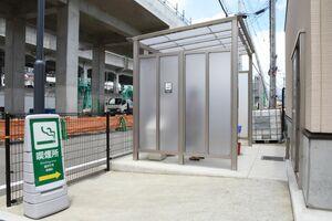 自治体庁舎の敷地内に設けられている屋外喫煙所=武雄市