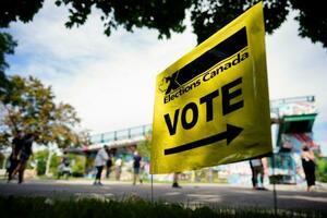 カナダの総選挙、投票所の案内表示=20日、トロント(ロイター=共同)