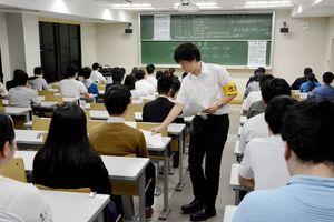 414人が県職員採用の1次試験に挑んだ=佐賀市の佐賀大本庄キャンパス