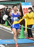 伊万里ハーフマラソン・ハーフ男子の部で優勝した溝田槙悟選手=伊万里市