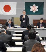 連絡会議で緊急時の対応などを確認する出席者=佐賀県庁