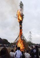 炎を上げて燃え上がる高さ18メートルの巨大たいまつ=みやき町の白石神社