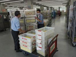 新型コロナウイルスワクチンの接種券発送業務を行う佐賀北郵便局の職員=佐賀市高木瀬西