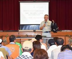地震や風水害での対策について講話した佐賀市消防防災課の野田公明専門官