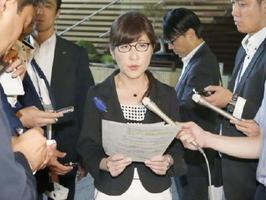 記者会見する稲田防衛相=14日午前、首相官邸
