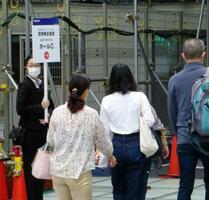 みずほフィナンシャルグループの定時株主総会会場を案内する人=23日午前、東京都内