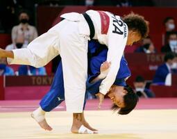 女子52キロ級決勝 アマンディーヌ・ブシャール(上)を攻める阿部詩。金メダルを獲得した=日本武道館