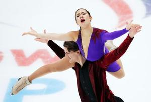 アイスダンスRDで演技する小松原(上)、コレト組=モスクワ(共同)