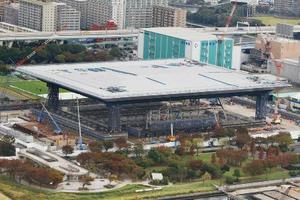 建設中の五輪水泳センター。KYB製のダンパーが設置されていることが判明した=17日、東京都江東区