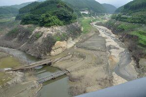 貯水量率が12.9%と過去最低になり、水没していた橋などが姿を見せた嘉瀬川ダム=佐賀市富士町、銀河大橋より
