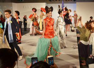 異なる時代や地域をテーマに、学生たちがヘアメークなどを施したモデルたち=佐賀市文化会館