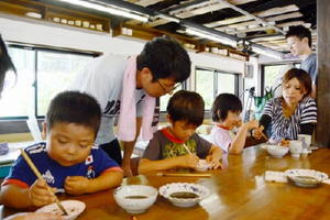 小判型の小皿に思い思いの絵を描く参加者=有田町のしん窯