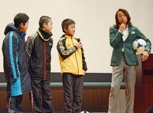 参加した子どもたちと交流しながら講演した北澤豪さん(右)=太良町自然休養村管理センター