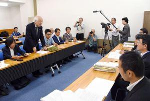 農水省職員(右側)と意見交換をする開門派弁護団の馬奈木団長(奥左から2人目)ら=東京・霞が関の農水省