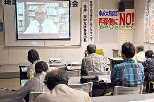 県外からオンラインで「原発は憲法違反だと思いませんか」をテーマに講演した冠木克彦弁護団長(画面)=佐賀市のアバンセ