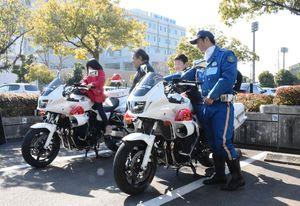 白バイの試乗体験をする子どもたち=佐賀市の佐賀市文化会館