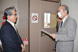 嬉野市監査委員事務局に請求書を提出した市民の会の宮﨑誠一代表(左)=市役所