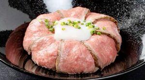 ランチタイムに10食限定で提供されるローストビーフ丼(880円)