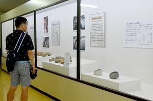 奈良時代の瓦や土器など28点が並ぶ秋季企画展=吉野ケ里歴史公園
