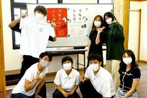 つなぐくしだプロジェクトのメンバーら。Tシャツとポロシャツは白と紺の2色がある=神埼市の神幸館