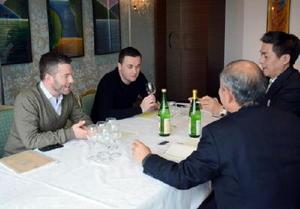商談会では、県内蔵元の担当者が香港や欧州から訪れたソムリエやレストラン関係者に県産酒を売り込んだ=佐賀市のホテルニューオータニ佐賀