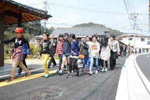 完成したばかりの歩道を歩く箞木小の児童=唐津市厳木町