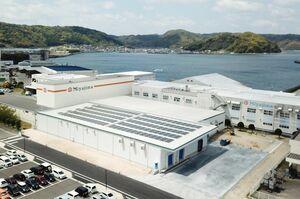 包装室と製品倉庫を備えた第4工場。屋根には太陽光パネルを設置している=4月下旬、唐津市中瀬通の宮島醤油妙見工場(提供)