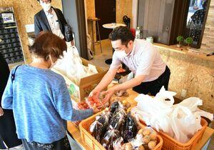 買い物に困る人たちの支援をしようと開いた野菜販売会=佐賀市唐人のまちなかオフィスTOJIN館