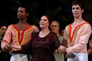 キューバ・ハバナの舞台に姿を見せたアリシア・アロンソさん(中央)=2012年11月(AP=共同)
