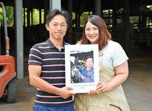 「俺と牛コンテスト」で優勝した大富力さん(左)と妻の藍子さん=みやき町の大富牧場
