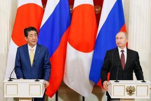 共同記者発表するロシアのプーチン大統領(右)と安倍首相=22日、モスクワのクレムリン(共同)