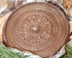 チョコレートで作った「三角縁神獣鏡」=11日午後、福井市