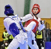 男子68キロ級決勝で、鈴木リカルド(左)に敗れた浜田康弘=岐阜県羽島市(共同通信)