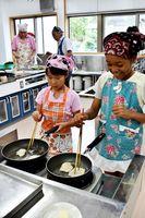 タイを焼く子どもたち=佐賀市の神野公民館