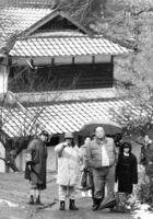 佐賀ロケで演技指導する大林監督(左から2人目)=平成5年2月9日、富士町東畑瀬地区