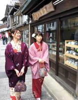 着物で町並みを散策する企画で、通りを歩く女性たち=有田町内山地区