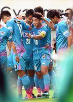 鳥栖―横浜M 前半、先制ゴールを決めてチームメートと喜ぶ鳥栖MF金民友(中央)=鳥栖市のベストアメニティスタジアム