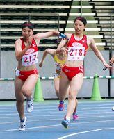 陸上女子400メートルリレー決勝 佐賀北の3走樋口夏美(右)からバトンを受け取る4走森田彩楠=大分市の大分銀行ドーム(亀山泰人さん撮影)