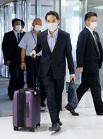 滞在先の米国から3年ぶりに帰国した小室圭さん=27日午後、成田空港