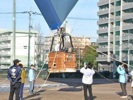ふわりと球体が浮くと、子どもたちは歓声をあげて喜んだ=佐賀市の佐賀学園高グラウンド