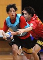 鋭いステップで相手ゴールに迫るRB松浦慶介(左)。右はPV鈴木優太=神埼市のトヨタ紡織九州クレインアリーナ