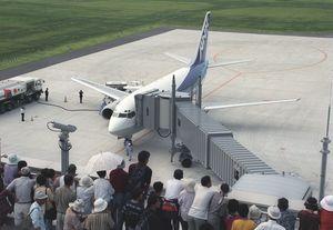 大阪から到着したANKの1番機=平成10年7月28日、佐賀空港