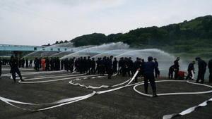 小型ポンプ取り扱い訓練を行う伊万里市消防団の団員たち