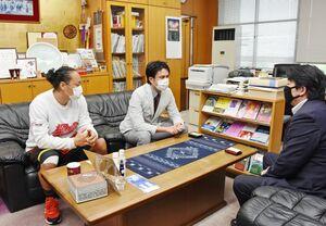 基山町の松田一也町長(右)を表敬訪問したカラツレオブラックスのメンバー=同町役場