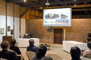 歴史的な町並みや建造物の活用策について説明に聴き入る参加者=佐賀市八戸の旧枝梅酒造